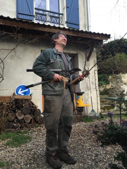 """Alain avec ses outils et 2 branches de prunier """"Reine claude"""""""