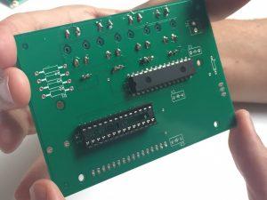 La socket du microcontrôleur (en bas à gauche et le MCP23017 (en haut à droite)